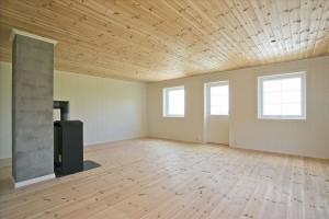 Bilde av lik hytte innvendig, stue.