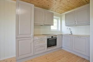 Bilde av lik hytte innvendig, kjøkken.